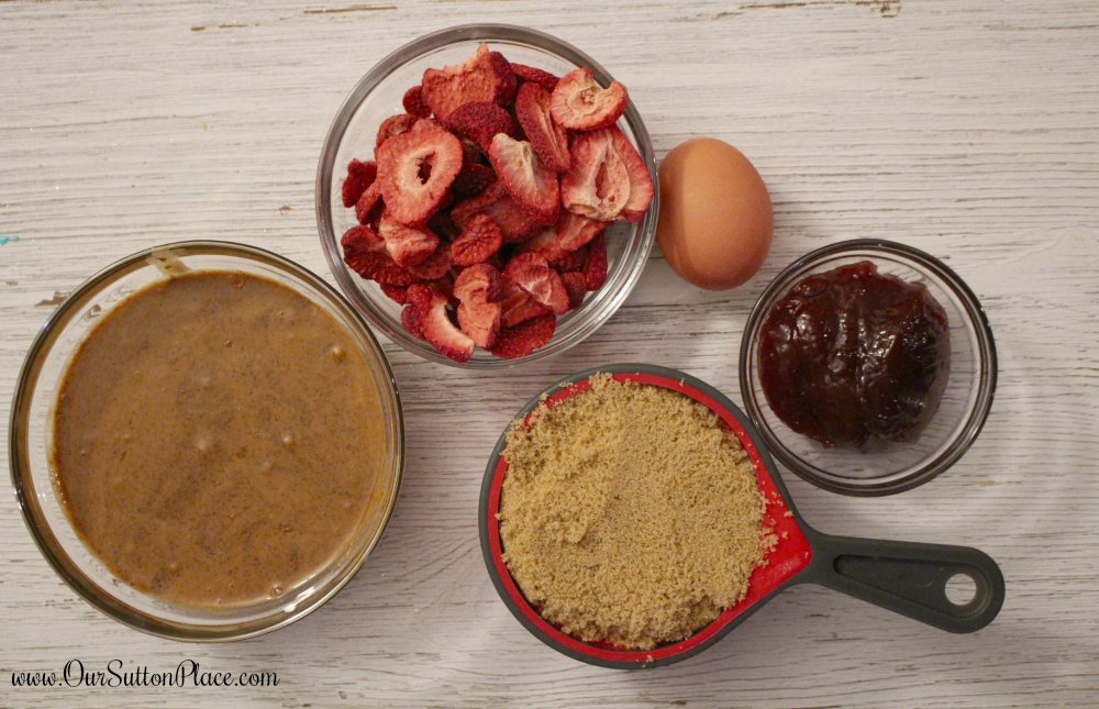 These healthy protein breakfast cookies are made with 5 simple ingredients, including almond butter and freeze-dried strawberries. They're super easy to make and great for on-the go breakfasts or snacks. My kids loved them, and I'm sure yours will too! #proteinsnacks #breakfastcookies #backtoschool #healthysnacks #valentinestreats