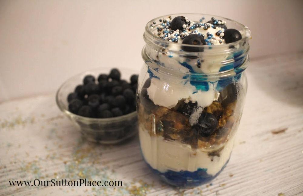 closeup of blueberry granola parfait